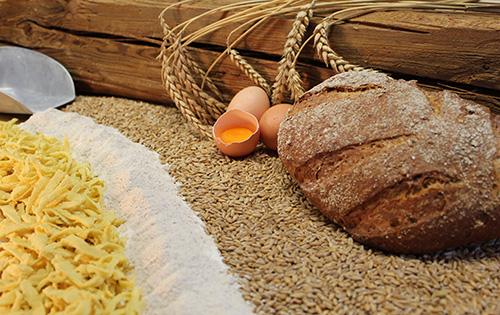 Angefangen mit unseren vielerlei regionalen Mehlsorten, Backzutaten, Brot- und Mehlmischungen, Speisegetreiden, glutenfreien Produkten sowie Grieß- und Dunstsorten, schätzen unsere Kunden das umfangreiche Angebot von der Region, für die Region.